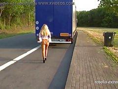 Зрелая дамочка прямо на улице раздевается и занимается масту...