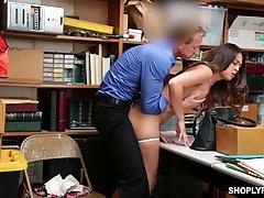 Двух девушек поймали на краже и оказали им наказание хороший трах