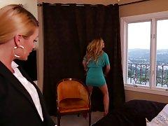Босс блондинка и ее секретарь шалить весело в спальне...