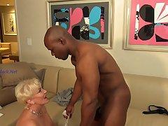 Зрелая блондинка открыла ротик для минета и раздвинула ноги для вагинала