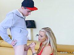 Грудастая блондинка Ребекка больше хочет заняться сексом с л...