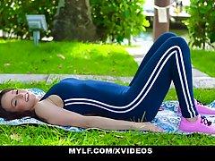 Девушка спортсменка с большими сиськами во время массажа зах...