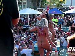 Во время вечеринки молодежь устроила стриптиз, где девушки хвастаются сиськами