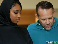 Мулатка мусульманка надев свою паранджу занимается сексом с белым мужчиной