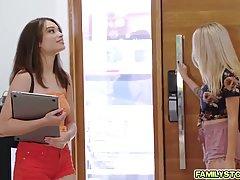 Две девушки и один парень развлекают друг друга реальным сек...