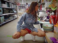 Девушка в джинсовом платье показывает на камеру в общественном месте сиськи и попку