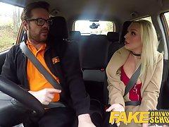Таксист уверенно растянул в машине зрелой блондинке сочную писю толстой елдой