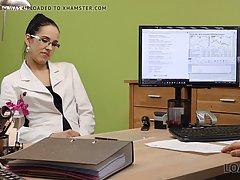 Милфа с темными волосами в офисе ради работы трахается с будущим директором без преза
