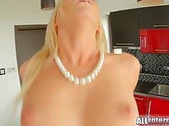 Блондинка с ожерельем хардкорно дала любовнику раком в выбри...