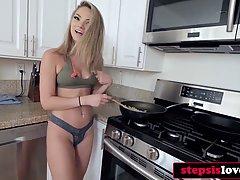 Блондинка рано утром подставляет свою киску для хардкора от ...