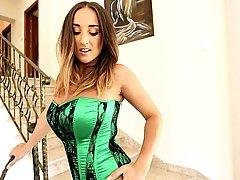 Фигуристая брюнетка в зеленом атласном корсете с черным круж...