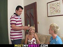 Отец с сыном трахают соседок-блондинок во все дырочки и слив...