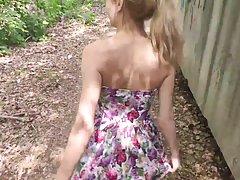 Девушка на улице у забора делает глубокий минет и снимает ви...