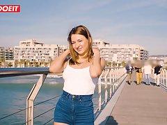 Молодая девушка на побережье наслаждается длинным членом сил...