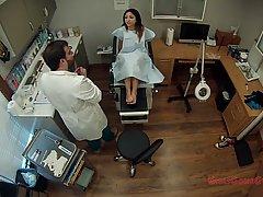 Доктор в больнице осматривает глубоко влагалище стройной брюнеточки