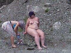 Толстая лесбиянка получает на пляже глубокий куннилингус от стройной жены