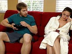 Сиськастая дама делает Минет другу мужа пока он на работе...