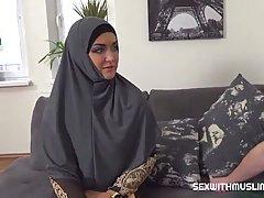 Большая попка арабской красотки в униформе готова к длинному члену приятеля