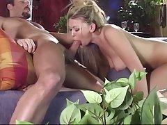 Блонди подставляет анальную дырочку под крупноватый пенис еб...