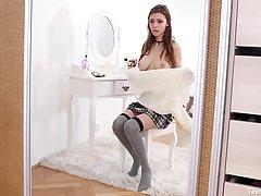 Сисястая студентка в чулках перед зеркалом мастурбирует крас...