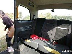 Брюнетка в машине играет с каменным стояком водителя и после минета глотает сперму