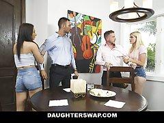 Групповушка с красивыми девицами позволяет мускулистым парня...