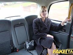 Зрелая женщина в автомобиле отсасывает водителю каменный фаллос на сидениях