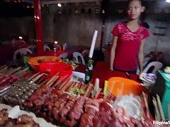 Азиатская продавщица с рынка пошла трахаться с симпатичным покупателем