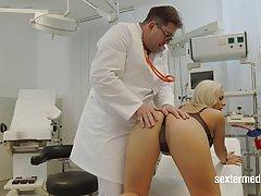 мамка с большими сиськами пришла на прием к врачу, который н...