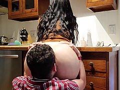 снимает домашнее порно, как долбит толстушку-жену с огромной попкой и большими сиськами