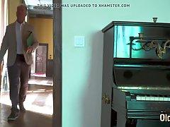 молодая сучка трахается со старым папиком, пока его жены нет дома