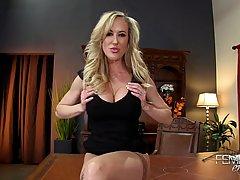 Сисястая блондинка в чулках на столе снимает жаркое домашнее...