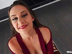 Волосатая жена от первого лица скользит ртом и вагиной по могучему фаллосу