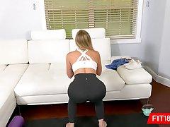 Сисястая блондинка на четвереньках дает хардкорно в пизденку...