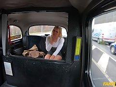 Блондинка в машине расплатилась за поездку жесткой еблей в н...