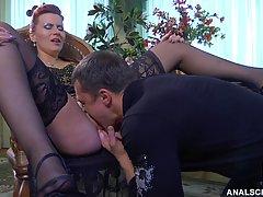 Дама в чулках собирается устроить с директором незабываемый анальный секс