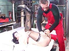 Жена в чулках приехала в автосервис и подставляет волосатую щель для секса с механиком