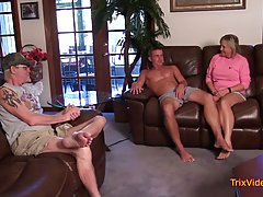 Зрелая женщина прямо в гостиной открыла ротик и отсосала член молодого парня