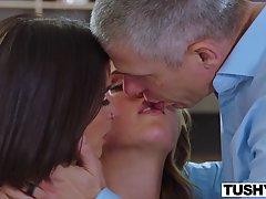 Две девушки подставляют тугие попки для анального секса с одним членом