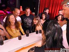 Во время вечеринки девушки и парни устроили реальную оргию групповуху