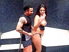 Латинка мамочка трусит большой попой во время анального секса с бородатым парнем