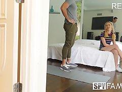 Молодая девушка блондинка снимается в сексе с брюнетом на скрытую камеру