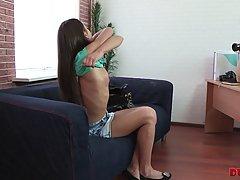 Молодая девушка брюнетка на диване скачет киской на твердом члене своего друга