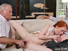 Девушка любит парный секс с двумя пожилыми парнями одновреме...