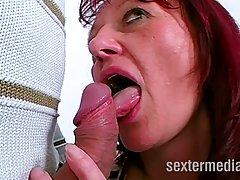 Зрелая женщина обожает фистинг и уговаривает любовника трахнуть ее в киску