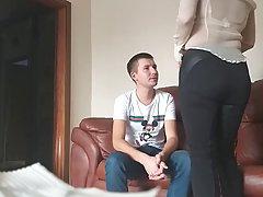Мамочка брюнетка и ее молодой сын на диване снимают свое домашнее порно
