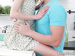 Молодая девушка и парень ранним утром занимаются красивым нежным сексом