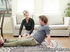 Блондинка мамочка сделала кудрявому парню массаж и раздвигае...