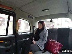 Брюнетка в машине такси сделала минет и не против куни и вагинала с водителем