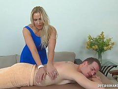 Мамочка блондинка делает мужику массаж и дрочит член нежными пальчиками